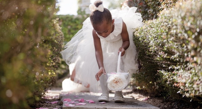Клуб путешествий Павла Аксенова. One&Only Resorts. Lifestyle wedding flowergirl picking petals