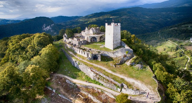 Клуб путешествий Павла Аксенова. Абхазия. Ancient fortress with the remnants of the ruins on top of a mountain in New Athos, Abkhazia. Фото Vvicca - Depositphotos