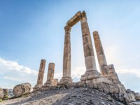 Иордания. Амман. Цитадель Джебель-аль-Калаа. Unsurpassed view of the ruins of the temple of Hercules on the top of the mountain of the Amman citadel. Фото leshiy985 - Depositphotos