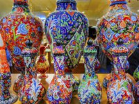 Клуб путешествий Павла Аксенова. Иордания. Амман. Ancient Arab Islamic Red Blue Orange Flower Designs Pottery Vases Amman. Jordan. Фото billperry - Depositphotos