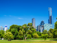 Cityscape of Melbourne from Kings Domain parklands in Australia. Фото Leonid_Andronov - Depositphotos
