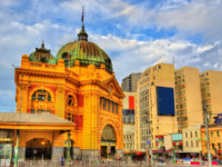 Flinders Street railway station, an iconic building of Melbourne - Australia, Victoria. Built in 1909. Фото Leonid_Andronov - Depositphotos