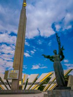 Минск. Stela, Minsk Hero city Obelisk, monument in Victory park. Bronze sculpture of woman, symbol of motherland, victory and freedom. Фото pxhidalgo-Deposit