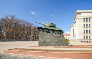 Белоруссия. Город-герой Минск. Tank on pedestal in Minsk near house of officers. Belarus. Фото master78 - Depositphotos