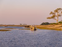 Ботсвана. Boat cruise and wildlife safari on Chobe River, Namibia Botswana border, Africa. Chobe National Park, famous wildlilfe reserve and upscale travel destination. Фото fbxx -