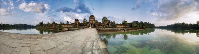 Камбоджа. Храмовый комплекс Ангкор. Panorama with road to Angkor Wat Temple in evening time. Фото deltaoff - Depositphotos