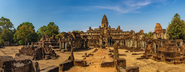 Камбоджа. Храмовый комплекс Ангкор. Prasat Bakong temple is a small temple, Cambodia. Ancient Khmer architecture. Фото sonatali - Depositphotos
