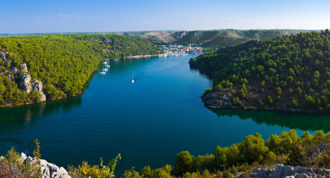 Клуб путешествий Павла Аксенова. Хорватия. River Krka and town in Croatia. Фото Violin - Depositphotos