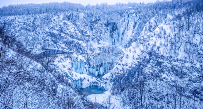 Клуб путешествий Павла Аксенова. Хорватия. Winter panorama of frozen waterfalls at Plitvice lakes in Croatia. Фото dbajurin - Depositphotos