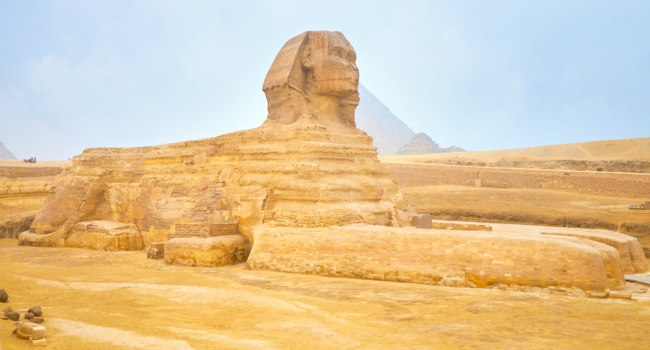 Египет. Гиза. Большой сфинкс. Visiting Giza Necropolis in winter season with heavy fog and low clouds and enjoy the mastecpieces of ancient Egyptian architecture