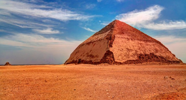 Египет. Южная ломаная пирамида Снорфу. Panoramic view to Bent Pyramid of Sneferu Pharaon at Dahsur, Cairo, Egypt. Фото Homocosmicos-Depositphotos