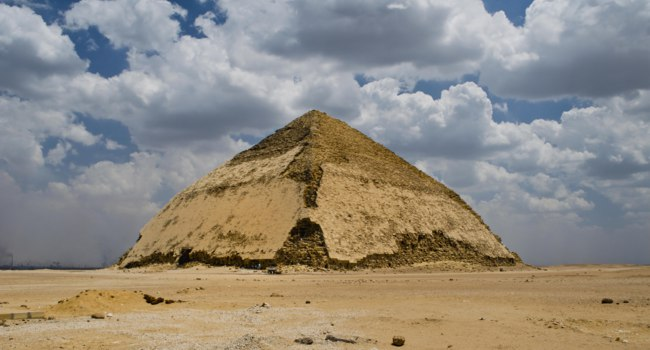 Египет. Южная ломаная пирамида Снорфу. Panoramic view to Bent Pyramid of Sneferu Pharaon at Dahsur, Cairo, Egypt. Фото Changered-Depositphotos
