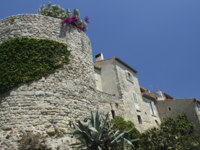 Франция. Лазурный берег. Антиб. Old Town Walls of historic Antibes on the French Riviera. Фото donsimon - Depositphotos