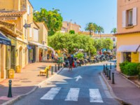 Лазурный Берег Франции. Сен-Тропе. People are strolling through a narrow street in the center of Saint Tropez, France. Фото Dudlajzov - Depositphotos