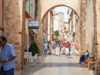 Лазурный Берег Франции. Сен-Тропе. People walking in street, Architecture of Saint Tropez city in French Riviera, France. Фото nevskyphoto - Depositphotos