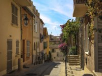 Лазурный Берег Франции. Сен-Тропе. Historical Old Town of St Tropez, a popular resort on Mediterranean sea, Provence, France. Фото DenysKuvaiev - Depositphotos