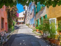Лазурный Берег Франции. Сен-Тропе. In the old town of Saint Tropez, South France. Фото Madrabothair - Depositphotos