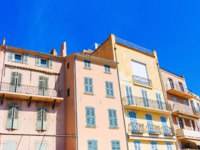 Лазурный Берег Франции. Сен-Тропе. Pastel-colored houses in Saint Tropez, Cote dAzur, France. Фото Madrabothair - Depositphotos