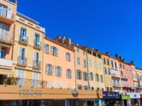 Лазурный Берег Франции. Сен-Тропе. Buildings at the harbor of Saint Tropez, France. Фото Madrabothair - Depositphotos