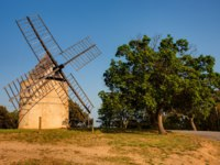 Лазурный Берег Франции. Сен-Тропе. Paillas windmill of ramatuelle near Saint Tropez on the French Riviera. Фото STYLEPICS - Depositphotos