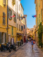 Лазурный Берег Франции. People are strolling through a narrow street in the center of Saint Tropez, France. Фото Dudlajzov - Depositphotos