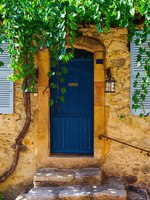 Лазурный Берег Франции. House in the old town of Saint Tropez. France. Фото Madrabothair - Depositphotos