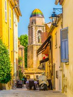 Лазурный Берег Франции. View of a narrow street in the center of Saint Tropez with a Chapelle de la Misericorde, France. Фото Dudlajzov - Depositphotos