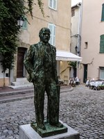 Лазурный Берег Франции. Statue of Lenin in Old Town of St Tropez, France. Фото DenysKuvaiev - Depositphotos