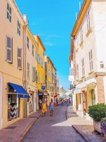 Лазурный Берег Франции. Street scene in Saint Tropez, French Riviera, France. Фото Madrabothair - Depositphotos