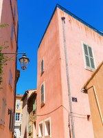 Лазурный Берег Франции. Typical pastel colored houses in Saint Tropez. France. Фото Madrabothair - Depositphotos