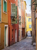 Row of colourful old buildings along cobblestone street in medieval town Villefranche-sur-Mer on French Riviera, France. Фото elenathewise - Depositphotos