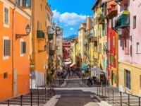 Лазурный Берег Франции. Ницца. People are strolling through a narrow street in the center of Nice, France. Фото rglinsky - Depositphotos