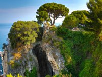 Лазурный Берег Франции. Ницца. The eastern side of the Castle Hill in Nice with trees, a cave and sea views. Фото luziana - Depositphotos