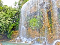 Лазурный Берег Франции. Ницца. Beautiful waterfall in the park of the Castle Hill in Nice, France. Фото luziana - Depositphotos