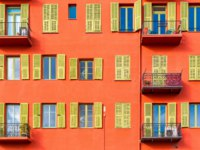 Лазурный Берег Франции. Архитектура Ниццы. Nice, France, colorful red facade, with typical windows, balconies and shutters. Фото pascalegueret - Depositphotos