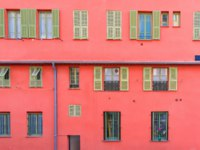 Лазурный Берег Франции. Архитектура Ниццы. Nice, France, colorful red facade, with typical windows and shutters. Фото pascalegueret - Depositphotos
