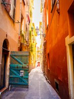 Лазурный Берег Франции. Ницца. Narrow street in old part of Nice. Фото seregalsv - Depositphotos