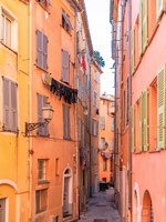 Лазурный Берег Франции. Ницца. Nice, narrow street in the Vieux Nice, ancient buildings, typical facades, French Riviera. Фото pascalegueret - Depositphotos