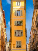 Лазурный Берег Франции. Ницца. Nice in France, small street with typical colorful facade in the old town. Фото pascalegueret - Depositphotos