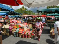Заморские территории Франции. Остров Реюньон. People selling and buying craft at the market of Saint Gilles on La Reunion island. Фото Fotoember-Depositph
