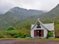 Заморские территории Франции. Остров Реюньон. Little white church in mountains with green forest. Reunion island, Belouve. Фото zx6r92 - Depositphotos