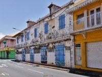 Заморские территории Франции. Остров Реюньон. View of deserted street with two-storey houses. Reunion Island. France. Фото zx6r92 - Depositphotos