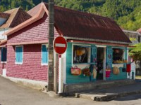 Остров Реюньон. Colorful souvenir and fruit shop building at the town of Fond de Rond Point in Saint-Denis De La Reunion. Фото dchulov - Depositphotos