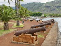 Остров Реюньон. Old cannons at the sea side of the Saint-Denis De La Reunion, capital of the French overseas region. Фото dchulov - Depositphotos