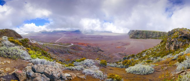 Заморские территории Франции. Остров Реюньон. Panoramic view of La Plaine des Sables, volcano area, Reunion Island. Фото fontaineg974-Depositphotos
