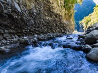 Заморские территории Франции. Остров Реюньон. Hiking in a canyon during a sunny day, Bras de La Plain at Reunion Island. Фото fontaineg974-Depositphotos