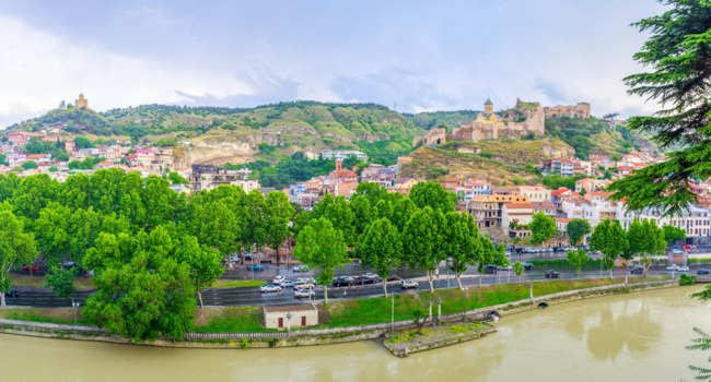 Грузия. Тбилиси. The hills in Tbilisi topped with the medieval landmarks, such as Tabor Monastery and Narikala Fortress, Georgia. Фото efesenko - Depositphotos