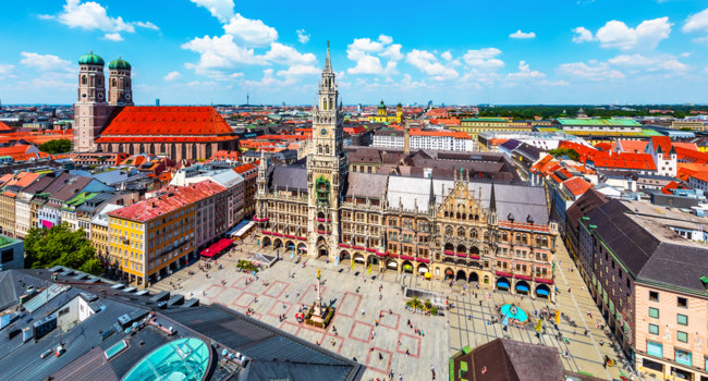 Клуб Павла Аксенова. Германия. Бавария. Мюнхен. Aerial view of the City Hall at the Marienplatz in Munich, Germany. Фото scanrail - Depositphotos