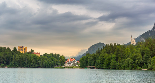 Клуб путешествий Павла Аксенова. Германия. Бавария. Швангау. Alpsee lake at Hohenschwangau near Munich in Bavaria. Фото Patryk_Kosmider - Depositphotos
