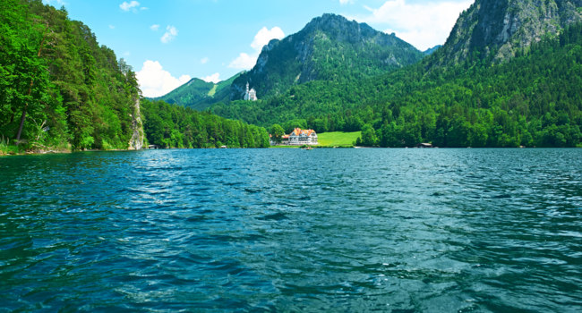 Клуб путешествий Павла Аксенова. Германия. Бавария. Швангау. Alpsee lake at Hohenschwangau near Munich in Bavaria. Фото haveseen - Depositphotos